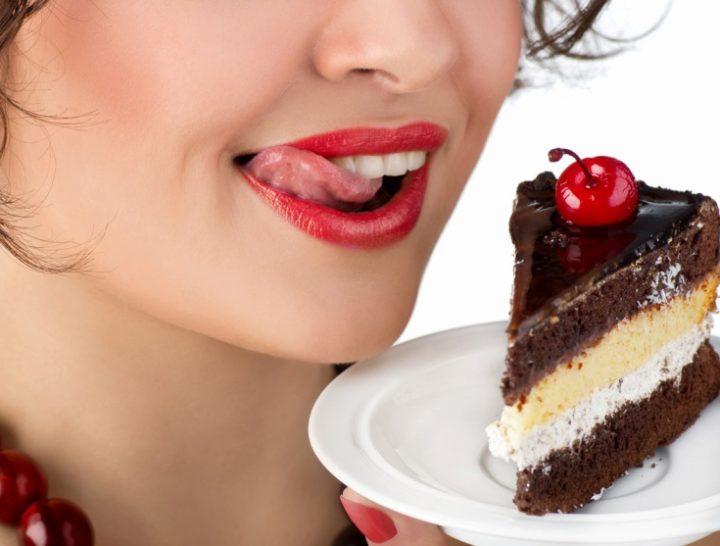 Девушка и кусок торта